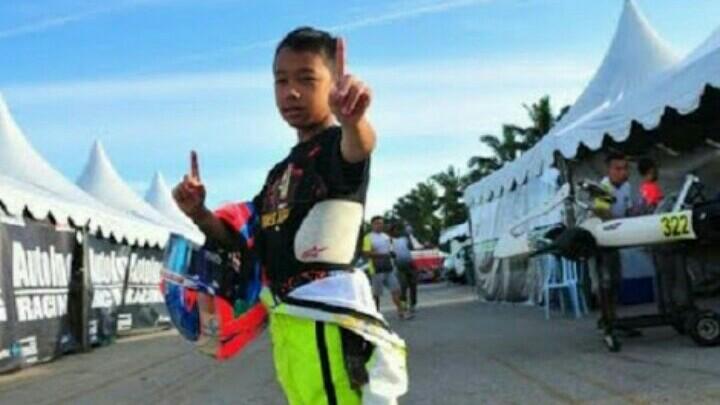 Dikepung pembalap tuan rumah, Aditya Wibowo berhasil gondol juara pertama di Malaysia. (foto : ist)