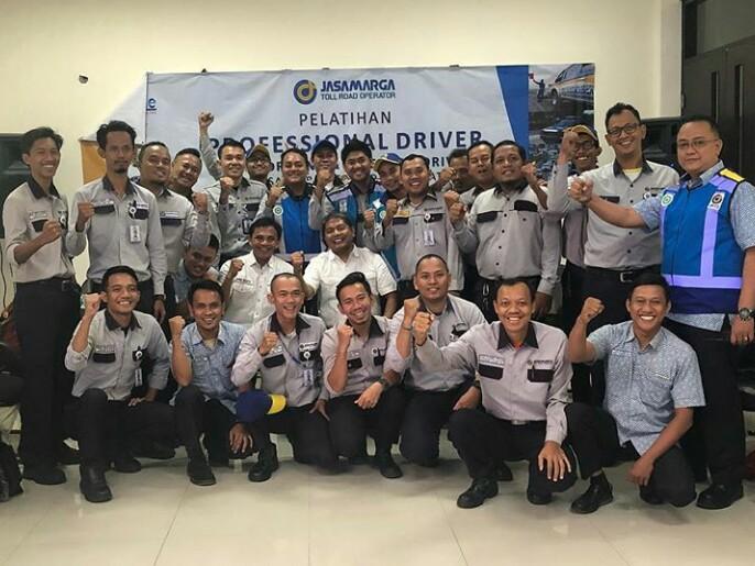 Dyan Dilato di antara peserta pelatihan safety driving bersama PT Jasa Marga Tollroad Operator. (foto : imi)