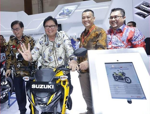 Airlangga Hartarto bersama petinggi AISI mencoba salah satu motor jenis sport. (foto: imos_id)