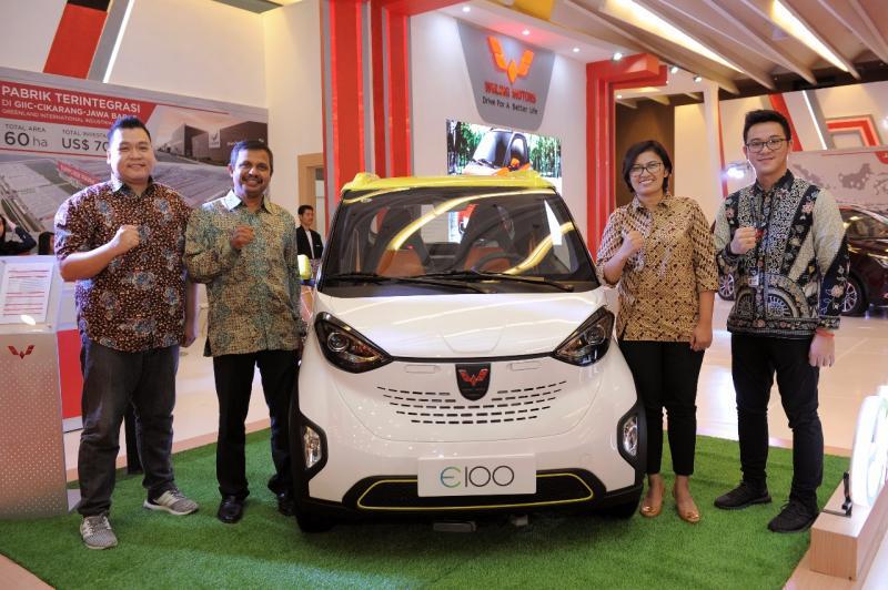 Wuling Motors tampilkan mobil listrik di GIIAS 2018 Medan. (foto: Felix)