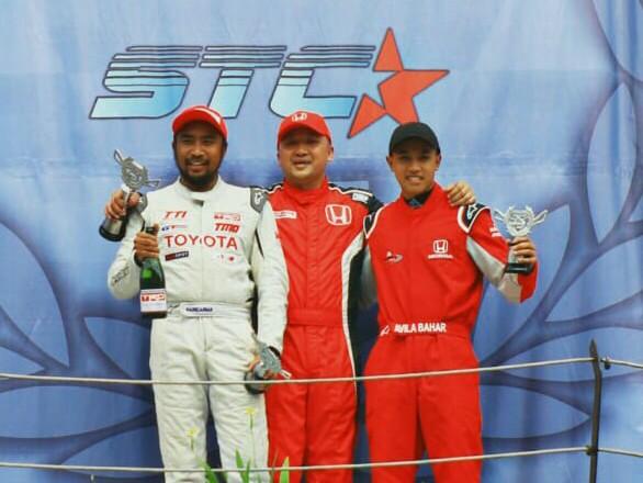 Alvin Bahar di podium kejuaraan diapit Haridarma dan Avila Bahar. (foto : rayhan ardian)