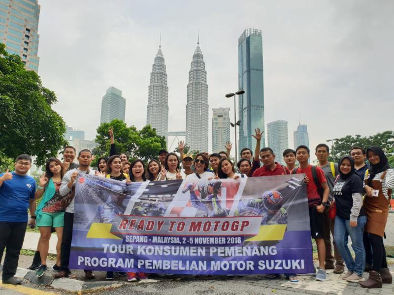 40 konsumen motor Suzuki yang beruntung, menyaksikan langsung Tim Suzuki Ecstar MotoGP raih podium di Sirkuit Sepang, Malaysia. (foto: Ghany)