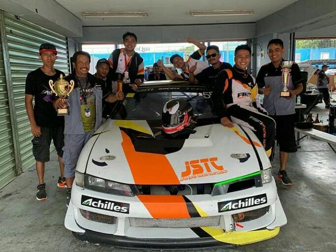 Amandio merayakan kemenangannya bersama kru di paddock ABM. (foto : ist)