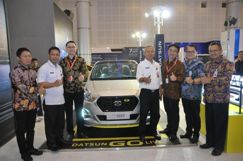 Manajemen Datsun Indonesia bersama Pemkot Surabaya dan Petinggi Dyandra Promosindo di booth Datsun di IIMS 2018 Surabaya. (foto: monica)