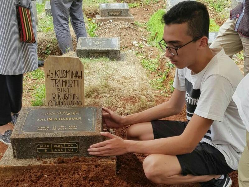 Amato Rudolph menjadi orang terakhir di pusara eyang putrinya di TPU Karet Tengsin, Jakarta. (foto : dok keluarga)