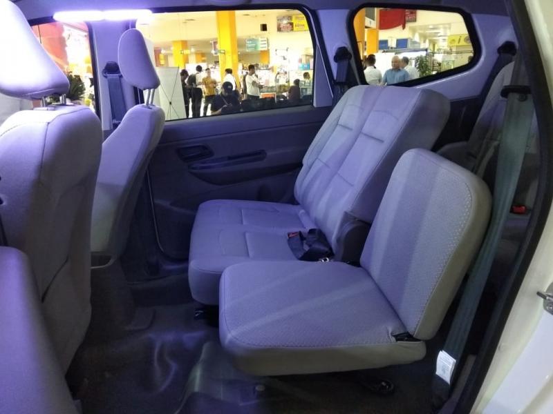 Kabin Wuling Formo minibus 8 penumpang, tidak ada head reast di jok belakang dan jok kecil di baris kedua yang bikin lelah jika jalan jauh. (foto: anto)