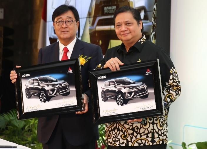 Osamu Masuko, CEO Mitsubishi Motors Corporations (kiri) dan Airlangga Hartarto, Menteri Perindustrian RI dalam seremoni penandatanganan penyerahan mobil listrik Mitsubishi Motors ke Kementerian Perindustrian RI pada Februari 2018 (foto: MMKSI)
