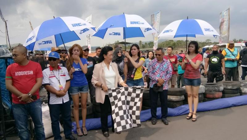Kanjeng Ratu Hemas yang tidak lain adalah istri Sri Sultan Hamengkubuwono X resmikan Kawahara IRC Drag Bike round final