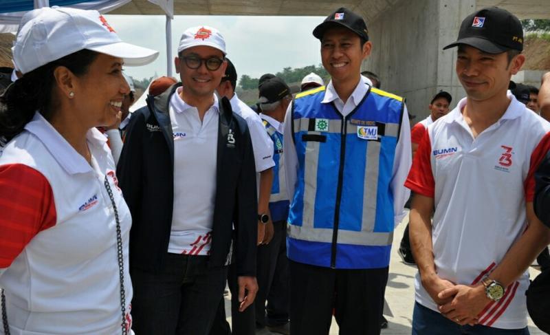 Menteri BUMN Rini Soemarno dan Boy Kelana Soebroto selaku Head of Corporate Communications PT Astra International Tbk pada Expedisi Tembus Tol Trans Jawa. (foto : astra)