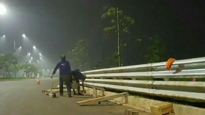 Pengerjaan pemasangan guardrail dan peranti safety balap jalan raya sudah seminggu dikerjakan. (foto : Ist)