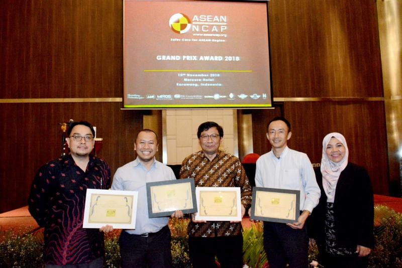 Rouli Sijabat, Public Relation Manager PT Toyota-Astra Motor (kedua dari kiri) menerima Grand Prix Award 2018 ASEAN NCAP. (foto: maya)