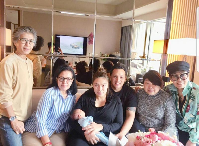 Saja Noor Soeprapto di pangkuan mamanya bersama Moreno, mbak Mince, mamanya Nooraini, Lola dan Endang. (foto : ist)