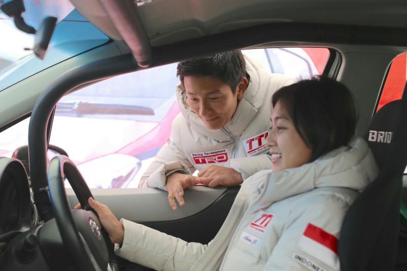Rio Haryanto berdiskusi dengan Alinka di Toyota Gazoo Racing 2018. (foto : tti)