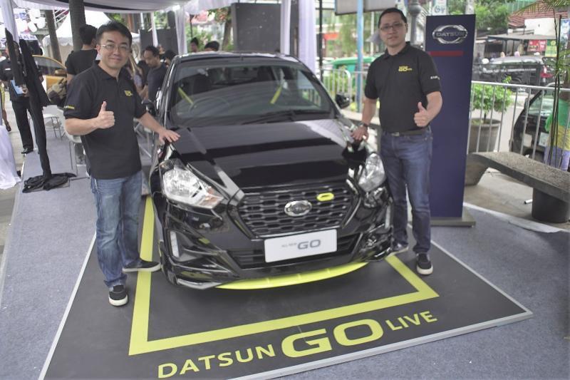 Datsun GO-live tampil eye catching dengan aksen kuning, memikat warga Bandung. (foto: monika)