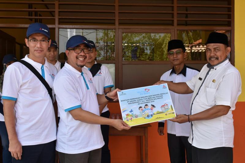Duljatmono serahkan bantuan program perbaikan sekolah di Tangerang. (foto : ist)