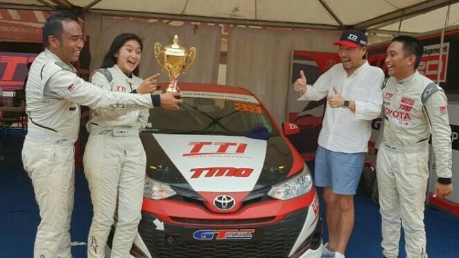 Haridarma, Alinka, Demas Agil dan Presdir Toyota Astra Motor, Yoshihoro Nakata bersama trofi juara nasional ITCC 2018. (foto : arie awan)