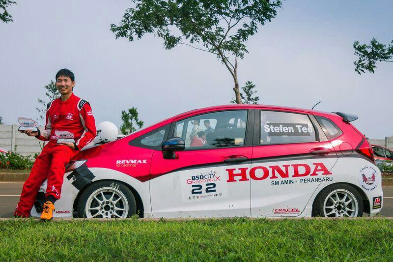 Stefen Teo memboyong trofi juara umum ITCC 1600 Max ke Pekanbaru. (foto : bs)