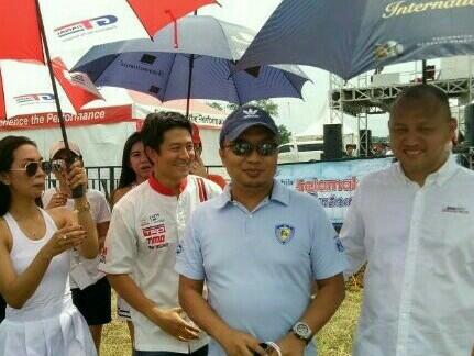 Sadikin Aksa (tengah) bersama Ananda Mikola dan Rio Haryanto di BSD City GP. (foto : bs)