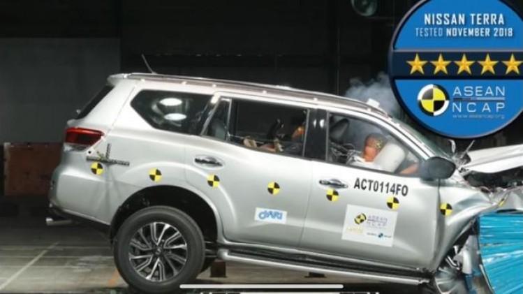 Fitur keselamatan Nissan Terra bekerja maksimal saat uji tabrak. (foto: ist)
