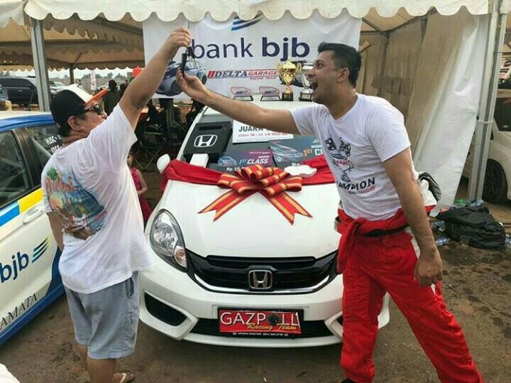 Umar Basalamah tos dengan Ferry Yanto Hongkiriwang usai serah terima hadiah Honda Brio. (foto : ist)