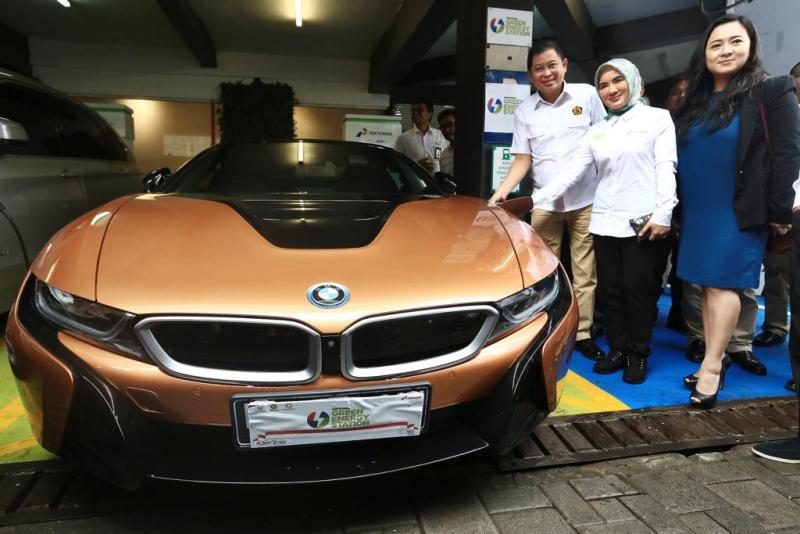 Menteri ESDM, Direktur Pertamina dan BMW Indonesia meresmikan Stasiun Pengisian Daya Listrik di SPBU Kuningan Jakarta. (foto: Nicole)