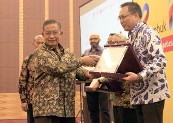 Penghargaan dari Kemendikbud diterima langsung oleh M. Abidin, GM Aftersales & Motorsport Yamaha Indonesia. (foto: ist)