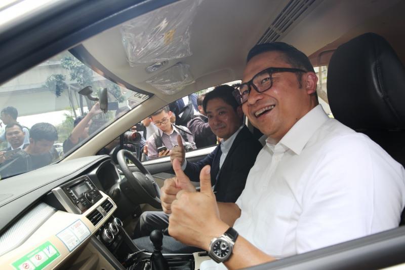 Ari Askhara, Direktur Utama Garuda Indonesia (kanan) merasakan kabin Mitsubishi Xpander. (foto: ist)