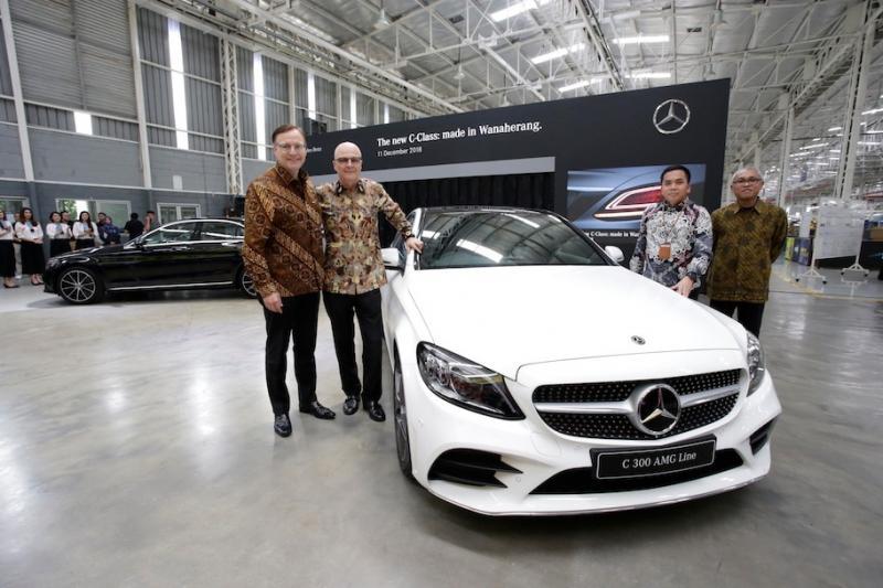 Manajemen Mercedes-Benz Indonesia memperkenalkan C-Class terbaru produksi lokal. (foto: ist)