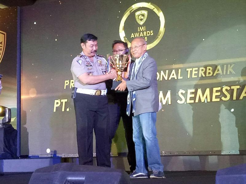Agung menerima IMI Award di Balikpapan sebagai pronas terbaik 2018. (foto : bs)