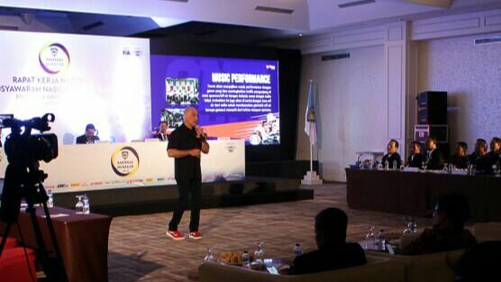 David E Burke dari TVOne lakukan presentasi tentang OnePrix di Rakernas IMI Balikpapan. (foto : ist)