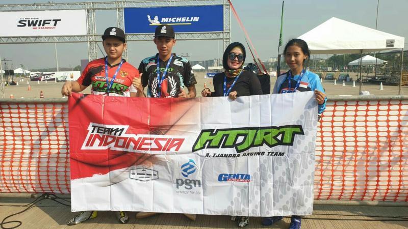 Dari kiri : Herdiko Setyaputra, Adrian Septianto, Yuanita dan Dina Pricillia di Bangkok. (foto : ist)
