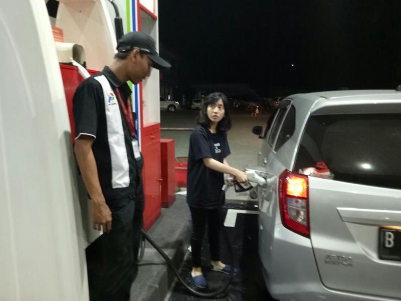 Tetap ada petugas SPBU, untuk pembayaran setelah isi BBM di SPBU Self Service. (foto : bs)