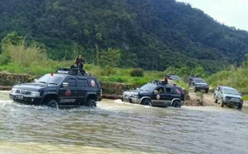 Nissan Terrano diajak berenang di Payakumbuh.(foto : idrus)