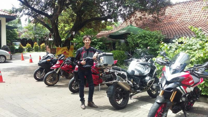 Komunitas Ducati Superbike Owners mampir Warsol karena parkir luas dan makanannya enak. (foto : mobilinanews)
