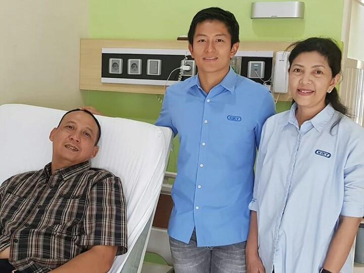 Kenangan Oke Junjunan ketika dijenguk pembalap F1 Rio Haryanto dan mamanya di sebuah rumah sakit di Solo. (foto : ig oke)