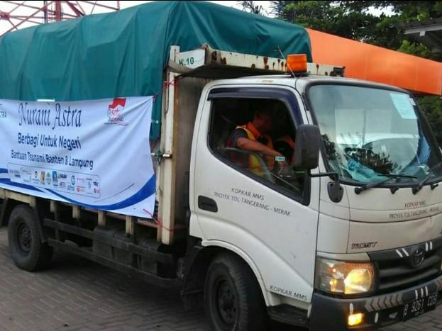 Salah satu truk dari belasan kendaraan membawa bantuan Nurani Astra di Banten. (foto : astra)