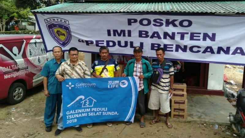 Dira Sulanjana (paling kiri) saat menitipkan bantuan ke Posko IMI Banten. (foto : ist)