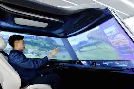 Teknologi layar kaca depan dapat menyajikan multi informasi dan entertainment. (foto: ist)