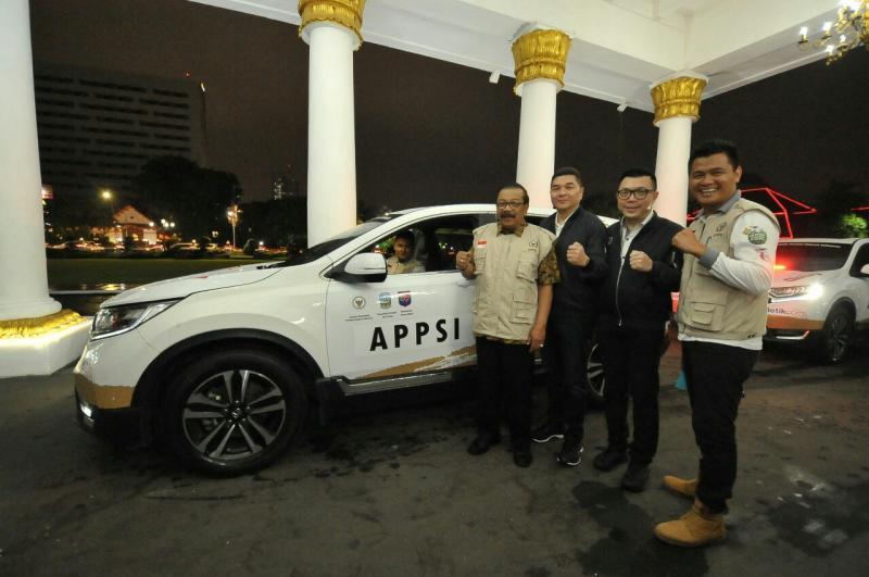 Pakde Karwo sapaan akrab Gubernur Jatim Soekarwo bersama tim Ekspedisi Nusantara.(foto : ist)