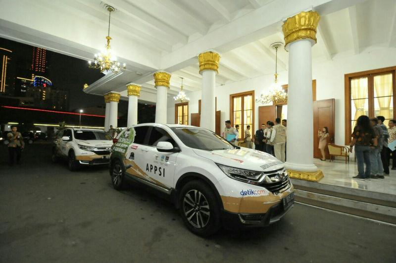 Ekspedisi Jelajah Nusantara dengan CR-V Turbo finish di kantor Gubernuran Jawa Timur di Surabaya kemarin. (foto : hpm)