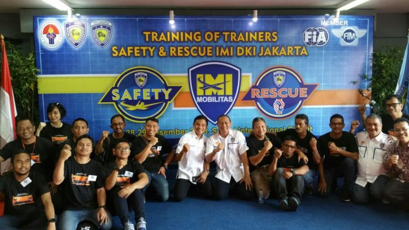 Anondo Eko (Ketua IMI DKI) dan Dyan Dilato (IMI Pusat) bersama peserta Training of Trainners hari kedu di Sentul. (foto : ist)