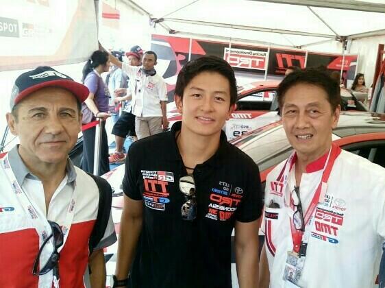 Rio Haryanto (tengah) bersama Franck Lochi dari GT Radial dan Anton Hudijana dari TTI. (foto : bs)
