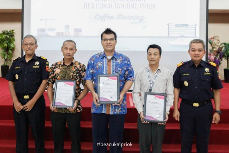 Manajemen Nissan Indonesia menerima penghargaan dari Dirjen Bea Cukai. (foto: ist)