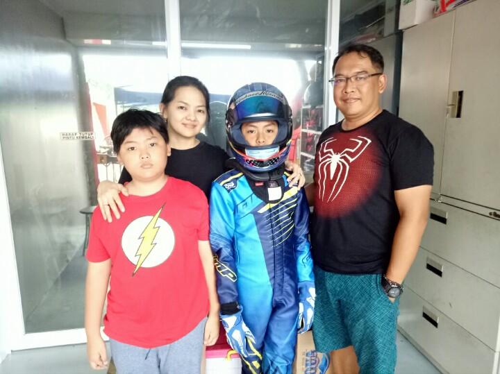 Michael Orlando bersama Marcelino dan kedua orang tuanya di Sentul Gokart. (foto : bs)