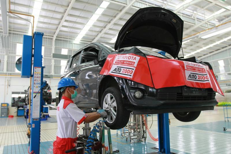 Mekanik Auto2000 melakukan service mobil Toyota milik customer. (foto : ist)