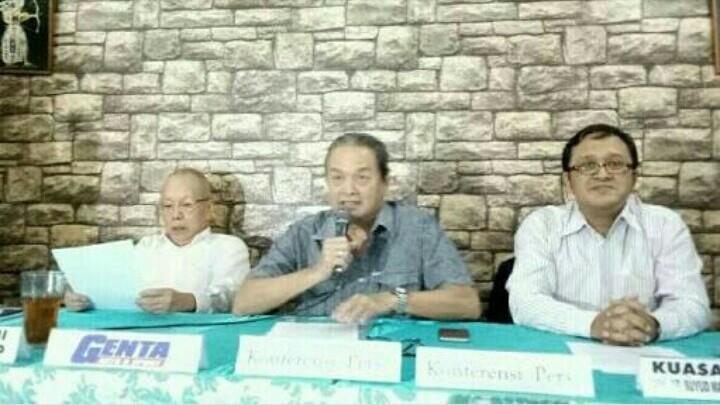 Tjahyadi Gunawan (tengah) bersama Jeffrey JP dan pengacara saat preskon tanggapi somasi penggunaan nama Gymkhana. (foto : bs)