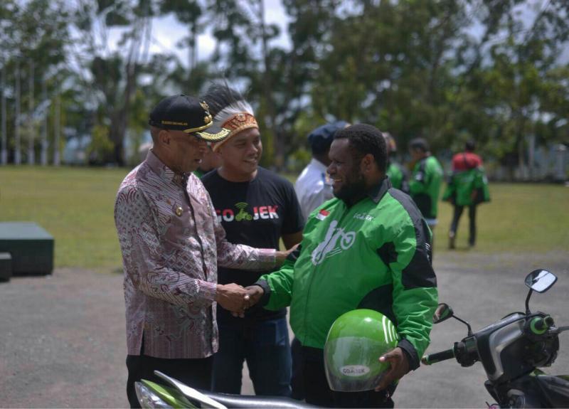 Peresmian Gojek di Jayapura bersama Walikota DR Benhur Tomi Mano dan VP Gojek Regional Anandita Danaatmadja. (foto : gojek)