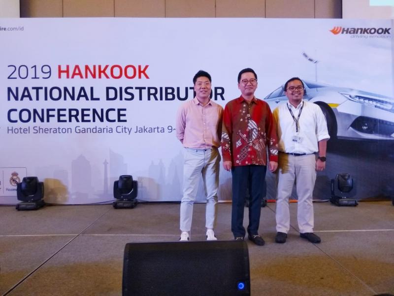 Jason Soo Lee (tengah), Hankook akan perluas pemasaran ke wilayah di luar Pulau Jawa. (foto: anto)