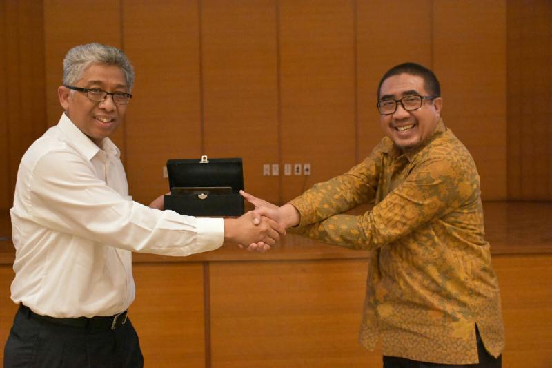 Duljatmono dari Mitsubishi Fuso dan Sigit Irfansyah dari Kementerian Perhubungan. (foto : ist)