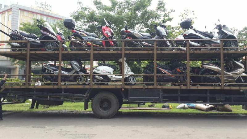 Motor untuk touring Malang - Bromo diangkut dengan truk ekspedisi ke Malang. (foto : ist)